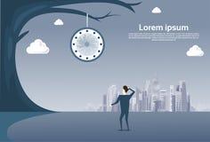 Geschäftsmann, der die Uhr hängt am Baum über modernem Stadt-Ansicht-Zeit-Management-Fristen-Konzept betrachtet Lizenzfreie Stockbilder