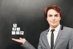 Geschäftsmann, der die Würfel gemalt auf Tafel darstellt Stockfoto