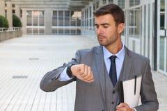 Geschäftsmann, der die Zeit lokalisiert überprüft Lizenzfreie Stockfotos