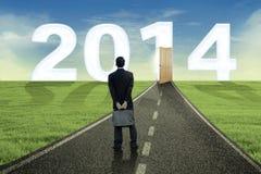 Geschäftsmann, der die Zukunft im Jahre 2014 untersucht Lizenzfreie Stockfotos