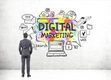 Geschäftsmann, der digitale Marketing-Skizze betrachtet Lizenzfreies Stockfoto