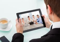 Geschäftsmann, der digitale Tablette anhält Lizenzfreies Stockfoto