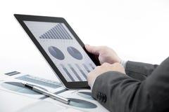 Geschäftsmann, der digitale Tablette hält Stockbild