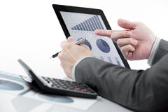 Geschäftsmann, der digitale Tablette hält Lizenzfreie Stockfotos