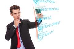 Geschäftsmann, der digitale Taste des optimalen Verfahrens eindrückt stockbild