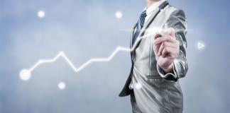Geschäftsmann, der an digitalem Diagramm, Geschäftsstrategiekonzept arbeitet Lizenzfreie Stockfotografie