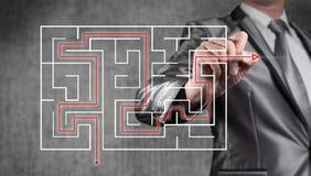 Geschäftsmann, der an digitalem Schirm des Labyrinths, Geschäftsstrategie arbeitet