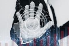 Geschäftsmann, der an digitalem virtuellem wechselwirkendem Schirm, mit dem Anheben des Diagramms arbeitet Lizenzfreie Stockfotos