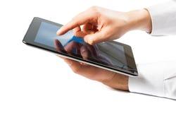 Geschäftsmann, der digitalen Tabletten-PC im Büro hält stockbild