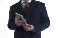 Geschäftsmann, der an digitaler Tablette arbeitet Lizenzfreie Stockfotografie