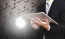 Geschäftsmann, der an digitaler Tablette, mit Pfeilhintergrund mit hellem einzigartigem, Geschäftskonzepte arbeitet Lizenzfreie Stockfotografie