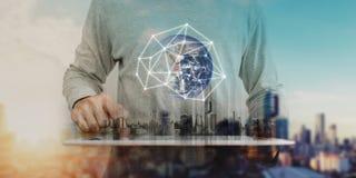 Geschäftsmann, der an digitaler Tablette mit Verbindungstechnologie des globalen Netzwerks, Stadtsonnenaufganghintergrund arbeite stockbilder