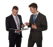 Geschäftsmann, der Dokumente bevor dem Zahlen überprüft lizenzfreies stockbild