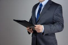 Geschäftsmann, der Dokumente verwahrt Lizenzfreies Stockfoto