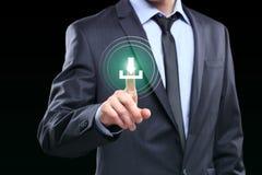 Geschäftsmann, der Downloadikone mit virtuellem Schirm drückt Stockfotografie