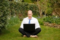 Geschäftsmann, der draußen arbeitet Lizenzfreie Stockfotografie
