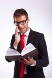 Geschäftsmann, der durch das Buch erregt wird Lizenzfreies Stockfoto