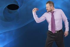 Geschäftsmann, der durch Pfeil auf abstraktem Hintergrund zielt Lizenzfreies Stockbild