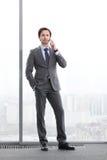 Geschäftsmann, der durch Telefon spricht Lizenzfreie Stockfotografie