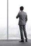 Geschäftsmann, der durch Telefon spricht Lizenzfreie Stockfotos