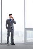 Geschäftsmann, der durch Telefon spricht Lizenzfreies Stockfoto