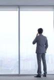 Geschäftsmann, der durch Telefon spricht Stockbilder