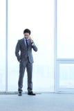 Geschäftsmann, der durch Telefon spricht Stockfotografie