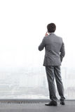 Geschäftsmann, der durch Telefon spricht Stockfoto