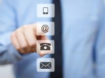 Geschäftsmann, der E-Mail-Knopf, Firmenstützikonen bedrängt Stockbild
