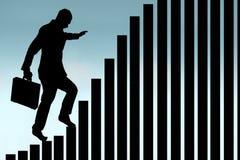 Geschäftsmann, der ein Balkendiagrammschattenbild klettert Lizenzfreie Stockfotos