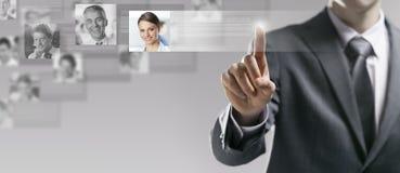 Geschäftsmann, der ein Benutzerprofil sucht lizenzfreie stockfotografie