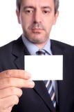 Geschäftsmann, der ein businesscard zeigt stockfotos