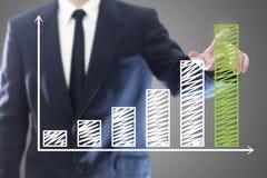 Geschäftsmann, der ein Diagramm darstellt Lizenzfreie Stockfotos