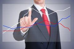 Geschäftsmann, der ein Diagramm zeigt Stockfoto