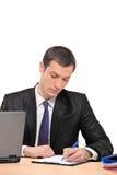 Geschäftsmann, der ein Dokument kennzeichnet Lizenzfreie Stockfotos