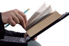 Geschäftsmann, der ein Ebuch liest Lizenzfreie Stockfotos