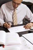 Geschäftsmann, der ein Flussdiagramm, V2 zeichnet Stockbild