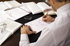 Geschäftsmann, der ein Flussdiagramm zeichnet Lizenzfreies Stockfoto