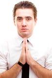 Geschäftsmann, der ein Gebet bildet Stockfoto