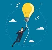 Geschäftsmann, der ein Glühlampefliegen im Himmel, kreative Konzepte hält Stockfoto
