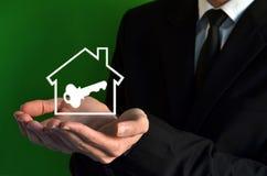 Geschäftsmann, der ein Haussymbol zeigt Lizenzfreies Stockbild