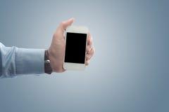 Geschäftsmann, der ein intelligentes Telefon hält stockbilder