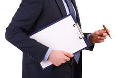 Geschäftsmann, der ein Klemmbrett hält. Stockfotografie