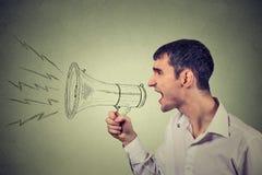 Geschäftsmann, der in ein Megaphon lokalisiert auf grauem Hintergrund schreit Lizenzfreie Stockfotos