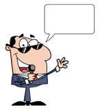 Geschäftsmann, der in ein Mikrofon spricht Lizenzfreie Stockfotos