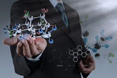 Geschäftsmann, der ein Molekül hält Lizenzfreie Stockfotos