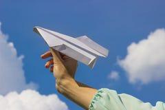 Geschäftsmann, der ein Papierflugzeugkonzept für Firmenneugründung, Unternehmer, Kreativität und Freiheit startet Stockbilder