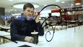 Geschäftsmann, der ein Telefongespräch im Café hat stock video