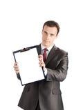 Geschäftsmann, der ein unbelegtes Klemmbrett zeigt Stockfoto