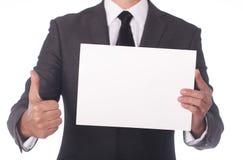 Geschäftsmann, der ein weißes Blatt Papier anhält. Stockfoto